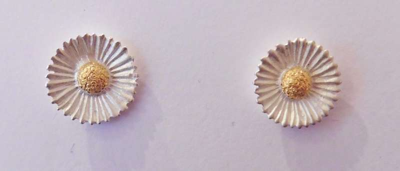 Small daisy stud earrings
