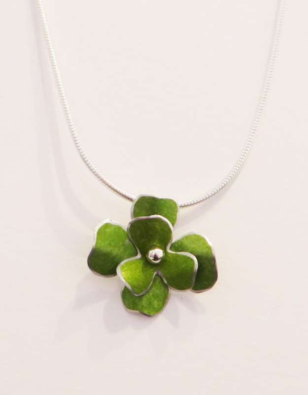 Green rosa flower necklace