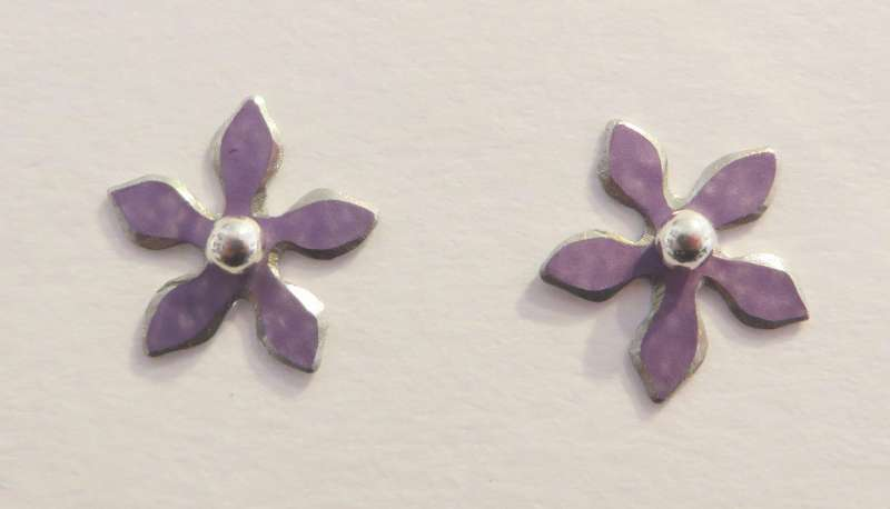 Mauve flower stud earrings
