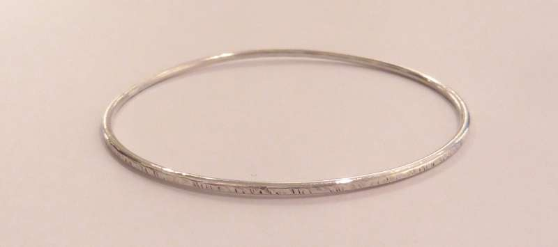 Textured single ring silver bracelet